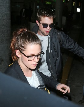 Robsten - Imagenes/Videos de Paparazzi / Estudio/ Eventos etc. - Página 10 28ea0d222010927