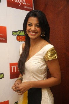 "Mugdha Godse promoting Geetanjali Jewelery @ ""Gali Gali chor hai"" movie set"