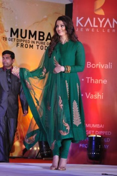 Aishwarya Rai @ opening of Kalyan Jewelers new store in Thane Mumbai