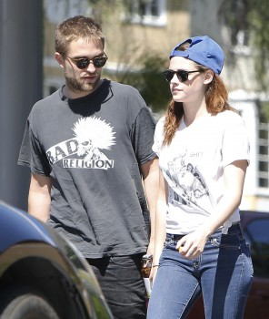 Robsten - Imagenes/Videos de Paparazzi / Estudio/ Eventos etc. - Página 10 Ab33d0249859898