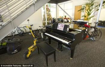 Hobi bermain piano? Di dalam kantor juga tersedia sebuah grand piano bagi karyawan yang berminat memainkannya / Incredible Features