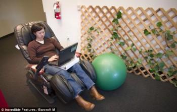Ada juga kursi pijat listrik di salah satu sudut kantor pusag Google / Incredible Features