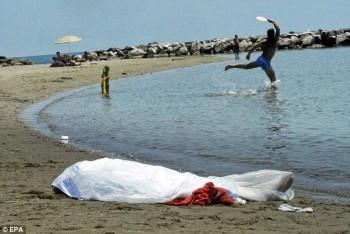 Sepasang ayah dan anak bermain di dekat mayat di pantai