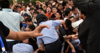 Polisi kewalahan menghadapi para penggemar yang menggila