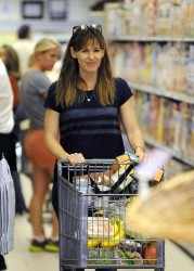Jennifer Garner - grocery shopping in LA 11/10/13